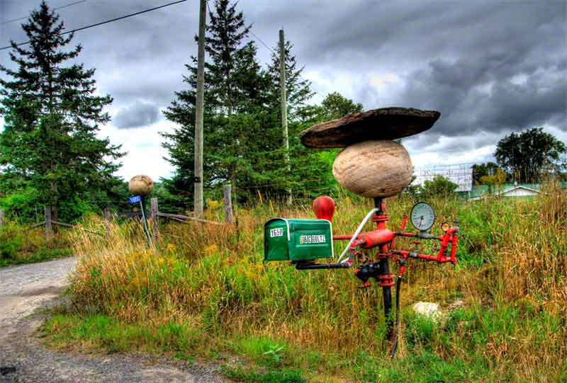 Roadside mail box attraction